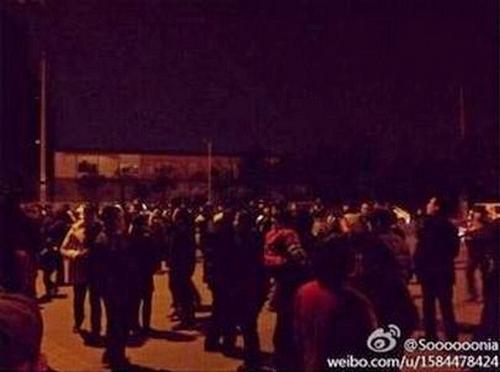 Жители района Цзиньню города Чэнду провинции Сычуань заблокировали дорогу в знак протеста против веерного отключения света на целые сутки. 21 января 2013 год. Фото с epochtimes.com
