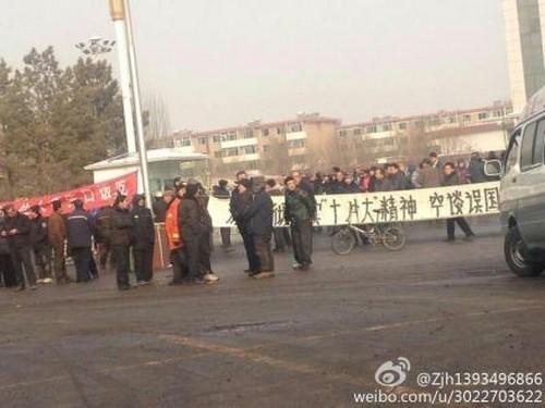 Рабочие города Чжочжоу провинции Шаньси требуют выплатить задолженность по зарплате. 21 января 2013 года. Фото с epochtimes.com