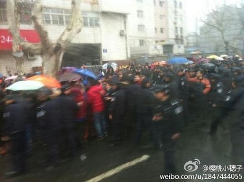 Жители города Нанкин провинции Цзянсу отстаивают свои права. 21 января 2013 года. Фото с epochtimes.com
