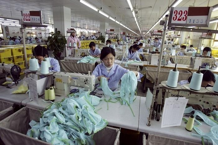 Треть рабочих и клерков в Китае работают более 10 часов в день. Фото: Cancan Chu/Getty Images