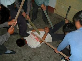 Инсценировка методов пыток, которые применяет к сторонникам Фалуньгун коммунистический режим Китая. Фото с minghui.org