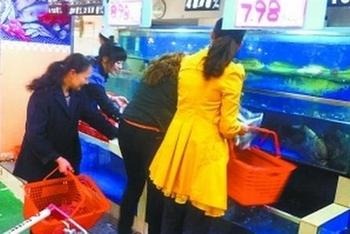 Живую рыбу в Китае накачивают керосином и медным купоросом. Фото с epochtimes.com