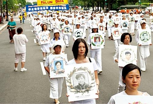 Более 3 тысяч сторонников Фалуньгун проводят шествие, призывая общественность остановить преследование их единомышленников в Китае. Вашингтон, США. Фото с epochtimes.com
