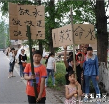На плакате у мальчика написано: «Не хватает воды. Не хватает палаток. Не хватает продуктов». Провинция Сычуань. Апрель 2013 год. Фото с epochtimes.com