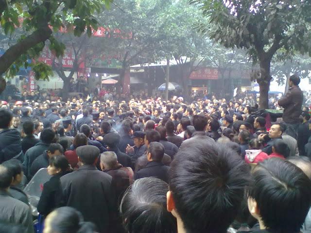 Народный протест против действий полиции. Уезд Линьшуй провинции Сычуань. Ноябрь 2012 года. Фото с molihua.org