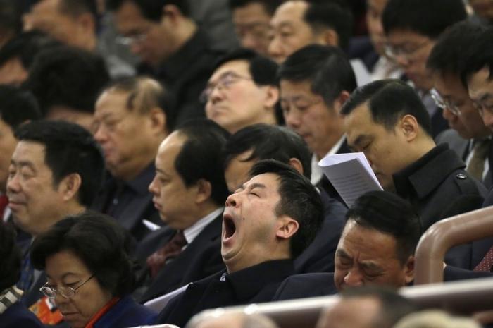 Спящие китайские делегаты во время парламентской сессии в Пекине. Март 2013 года. Фото с epochtimes.com