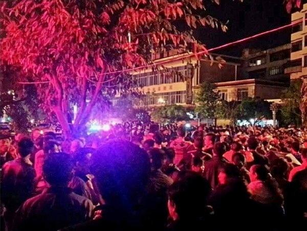 Сотни местных жителей протестуют против повышения цен в столовой после землетрясения. Провинция Сычуань. Апрель 2013 год. Фото с epochtimes.com
