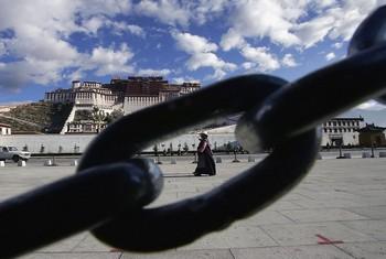 Власти Китая продолжают усиливать давление на тибетских монахов. Фото: China Photos/Getty Images