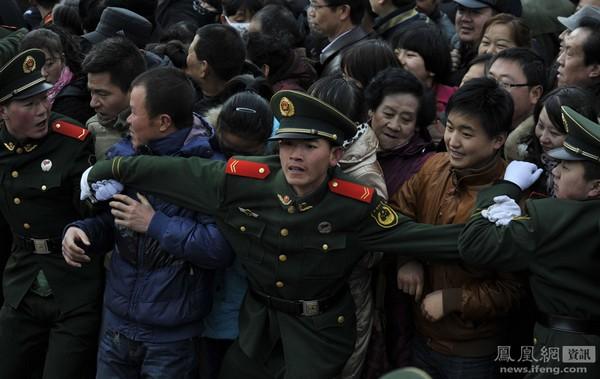 Жители города Ланьчжоу пришли на центральную площадь посмотреть представления по случаю праздника Юаньсяо. 6 февраля 2012 год. Цзян Шеньлянь
