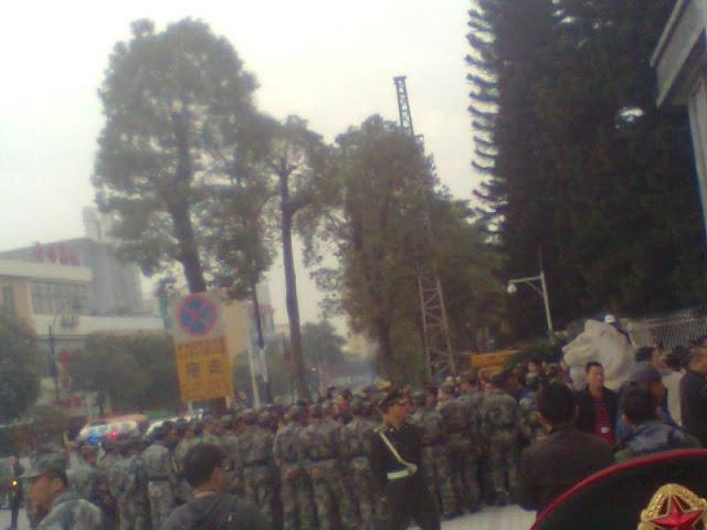 Забастовка рабочих. Город Шэньчжэнь. Декабрь 2012 годa. Фото с epochtimes.com