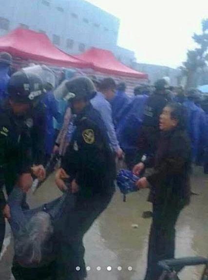 Протесты против загрязнения экологии. Провинция Чжэцзян. Апрель 2013 год. Фото с t.qq.com