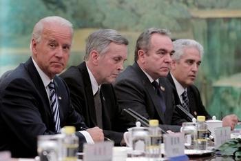 Джо Байден (первый слева) вместе с членами американской делегации на переговорах с китайскими чиновниками. Фото: Lintao Zhang/Getty Images