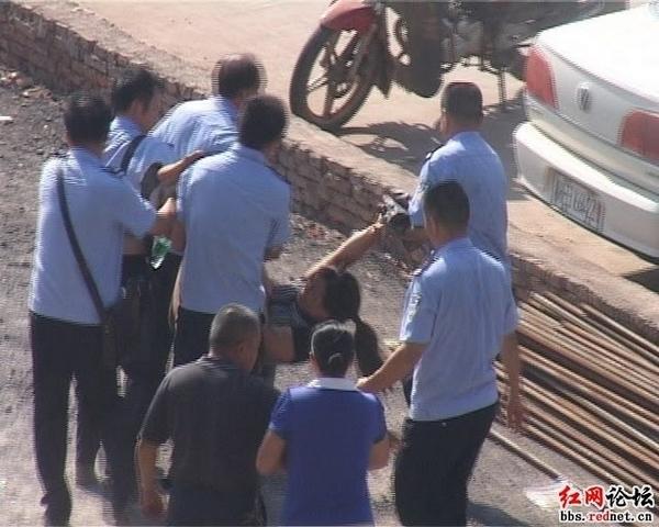 Протесты против строительства высоковольтных башен электропередач. Город Шаоян провинции Хунань. Фото с epochtimes.com