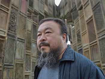 Китайский художник Ай Вэйвэй позирует перед своей скульптурой «Шаблон». Он был похищен спецслцжбами Китая 3 апреля, и, как сообщается, признался в уклонении от уплаты налогов, после пыток в заключении. (Simon/Getty Images)