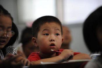 Ученики начальных классов в школьной классной комнате в Хэфае, провинция Анхой, в сентябре 2010 года. Согласно отчету Китайского экономического еженедельника за 8 марта, средства  на образование в Китае недополучены в размере 1,6 триллиона юаней (246 миллиардов долларов США) с 2000 по 2009 годы. Фото(AFP/Getty Images )