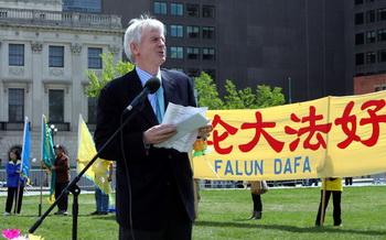 Бывший член канадского парламента Дэвид Килгур выступает на Парламентском холме на акции, посвящённой его докладу об извлечении органов в Китае. Фото: Мэтью Хильдебранд/Великая Эпоха