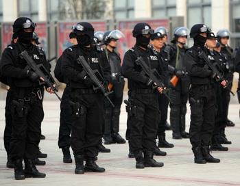 Отряд китайской специальной полиции во время демонстрации профессиональных навыков в Хэфэе провинции Аньхой (Аньхуэй) на востоке Китая, 11 марта. Китай планирует потратить 111.6 миллиарда долларов на полицию в 2012 году,  поскольку они нацелены на  подавление роста социальной напряжённости перед 10-й сменой руководства. Фото: STR/AFP/Getty Images