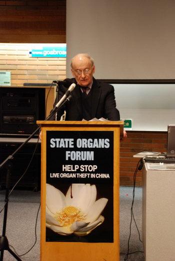 Писатель и международный адвокат по правам человека Дэвид Мэйтас выступает на форуме о принудительном извлечении органов в Китае, 19 января 2013 года, Университет Альберты. Фото: Jay Brauneisen/Великая Эпоха (The Epoch Times)