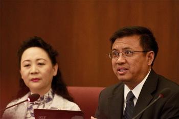 Активист, защитник демократии и признанная журналистка Шэн Сюе (слева) слушает, как Иян Ся, генеральный директор по вопросам политики и исследований Правозащитного фонда из Вашингтона, сообщает собранию депутатов и сенаторов о втором центре власти в китайском режиме. Китай в настоящее время находится на перепутье. Тридцать лет назад правящая коммунистическая партия Китая (КПК) запустила экономические реформы, но остановилась перед созданием свободного рынка в Китае. КПК отказалась проводить серьёзные политические изменения. Теперь этот путь завёл в тупик. Фото: Мэтью Литтл/Великая Эпоха (The Epoch Times)