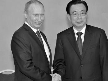 Президент России Владимир Путин (слева) и Хэ Гоцян (справа), один из руководителей коммунистической партии Китая, на ежегодном экономическом форуме в Санкт-Петербурге, 21 июня. Высокопоставленный чиновник высокого уровня коммунистической партии Китая (КПК) Хэ Гоцян, выступая в трёх провинциях Китая, заявлял, что партия находится в опасности из-за широко распространённой коррупции, согласно гонконгскому журналу. Фото: Alexei Nikolsky/AFP/Getty Images)