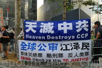 Ежегодная многотысячная демонстрация протеста прошла в Гонконге 1 июля 2012 года, в день 15-летия передачи города под управление КНР. Организаторы говорят, что в акции приняло участие около 400 тысяч человек, что всего на 10 тысяч меньше, чем было в 2003 году. Фото: Великая Эпоха (The Epoch Times)