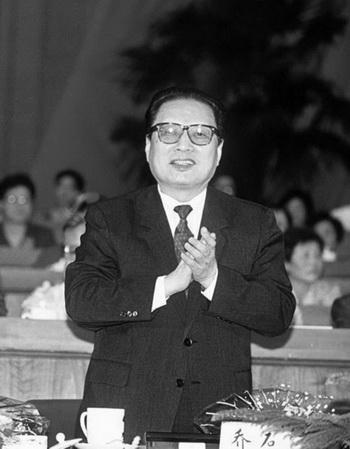 Цяо Ши на открытии 7-го Всекитайского собрания народных представителей в 1993 году. Отставной чиновник партии Цяо Ши, который был противником бывшего лидера КНР Цзян Цзэминя, недавно опубликовал книгу своих речей и выступлений. Это может повлиять на ход событий, прежде чем произойдёт планируемая смена руководства коммунистической партии Китая (КПК) в конце этого года. Фото: Manuel Ceneta/AFP/Getty Image