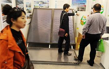 Солнечные панели на выставке-ярмарке в Пекине, 20 октября. SolarWorld Industries America Inc. объявила 19 октября, что подала официальную жалобу в Вашингтон на незаконный сброс товаров Пекина на американский рынок. Фото: Mark Ralston/AFP/Getty Images