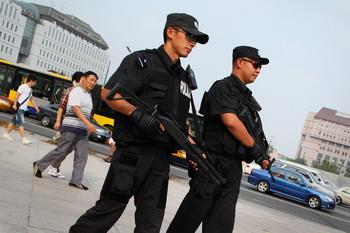 Гонконгское СМИ обнародовало внутренний документ компартии Китая, касающийся мер «поддержания стабильности» в период 18-го съезда КПК. В документе, в частности, говорится, что нельзя открывать огонь на поражение по людям, которые протестуют возле иностранных учреждений в КНР, но можно это делать, если нападки совершаются на партийные учреждения. Фото: Feng Li/Getty Images