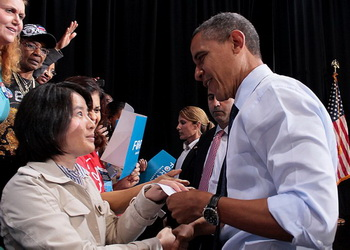 Карен Гао, представительница Ассоциации Фалунь Дафа в Вашингтоне, пожимает руку президенту Обаме и вручает ему письмо. В письме приводится информация о насильственном извлечении органов у живых последователей Фалуньгун, организованном китайским коммунистическим режимом, и содержится просьба положить конец этой жестокости. Посмотрев прямо в глаза г-жи Гао, президент Обама принял её письмо. Фэрфакс, штат Вирджиния, 5 октября 2012 г. Фото: Великая Эпоха (The Epoch Times)