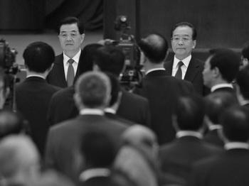 Ху Цзиньтао (слева) и премьер Госсовета КНР Вэнь Цзябао (справа) в Большом Народном Зале, Пекин, 29 сентября 2012 года. 6 и 7 октября китайский премьер Вэнь Цзябао посетил город Бицзе в провинции Гуйчжоу. Всего лишь за месяц до начала XVIII съезда компартии визит Вэнь Цзябао был воспринят как поддержка «научной концепции развития» Ху Цзиньтао. Наблюдатели видят в этом демонстрацию сильной поддержки Ху и Вэня перед XVIII съездом партии, запланированным на следующий месяц. Фото: Ed Jones/AFP/Getty Images