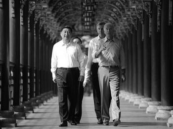 Вице-президент США Джо Байден (справа) и вице-президент КНР Си Цзиньпин (слева) в сопровождении своих переводчиков осматривают систему орошения в Дуцзянянь, около Чэнду в юго-западной китайской провинции Сычуань. Фото: Peter Parks/AFP/Getty Images