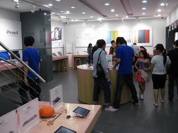 Эта фотография, опубликованная китайским блоггером,  показывает поддельную продукцию Apple в Куньмине, Китай. Фото: BirdAbroad