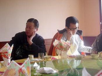 Китайские защитники прав человека, адвокаты Гао Чжишен (слева) и Го Фэйсюн в ресторане в январе 2006 года. Фото: Великая Эпоха