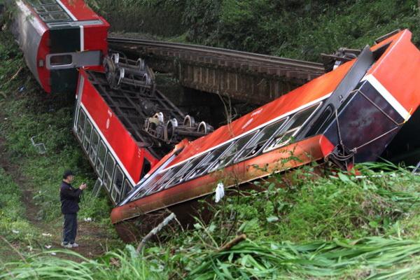 Направляющийся на Тайвань поезд  сошел с рельсов из-за упавших на него деревьев.  Фото: ChinaFotoPress / Getty Images