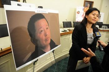 Гэн Хэ, жена пропавшего без вести китайского адвоката по правам человека Гао Чжишена, даёт интервью после участия в пресс-конференции 18 января 2011 года на Капитолийском холме в Вашингтоне, округ Колумбия. Фото: Tim SloanAFP/Getty Images