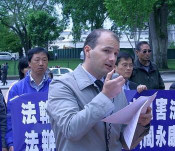 Джаред Перман, представитель Информационного Центра Фалунь Дафа, выступает перед Белым домом 23 апреля на пресс-конференции, посвящённой 13-й годовщине протестов в Пекине 25 апреля, когда режим был потрясён поддержкой, оказанной Фалуньгун. Фото: Гэри Фейерберг/Великая Эпоха