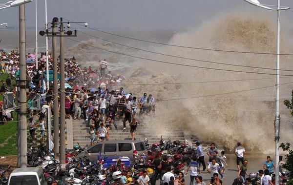 «Серебряный дракон» на реке Цяньтан смыл сотни людей. Фото: german.china.org.cn