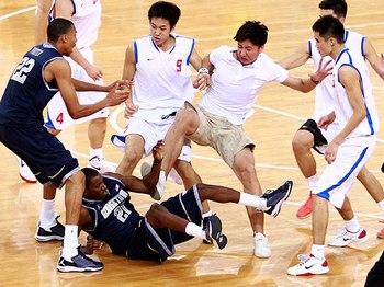 Баскетбольный матч в Пекине между командами США и Китая закончился массовой дракой. Фото: sport.orf.at