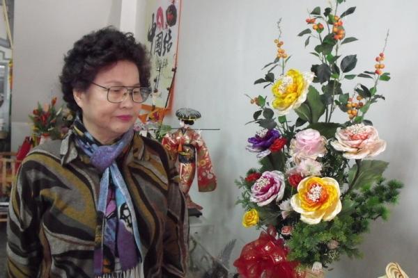 70-летняя рукодельница из Тайваня вяжет китайским узлом произведения искусства. Фото с epochtimes.com