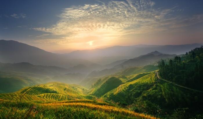 Восход солнца ранним утром освещает рисовые поля в районе Гуанси на юге Китая. Фото: Creekmyst / Photos.com
