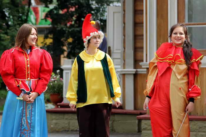 Гостей приветствовали герои костюмированного представления. Фото: Нина Апёнова/Великая Эпоха (The Epoch Times)