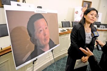 15 августа 2010 года Гао Чжишена осудили на 5 лет. На фото жена Гао Чжишена Гэн, 18 января в Вашингтоне требует, чтобы правительство Китая освободило ее мужа. AFP/Getty Images