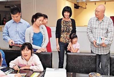 Гэри Лок с семьей навестил детей китайских рабочих-мигрантов в Пекине. Фото с epochtimes.com