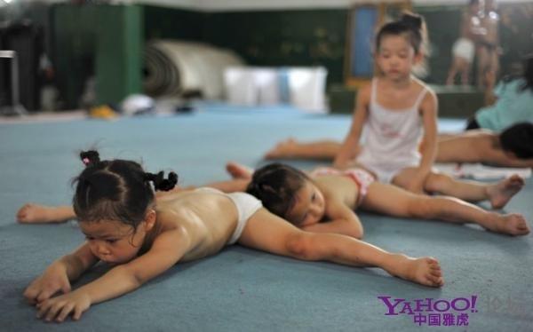 Так готовят китайских юных гимнастов к Олимпиаде. Фото: epochtimes.com