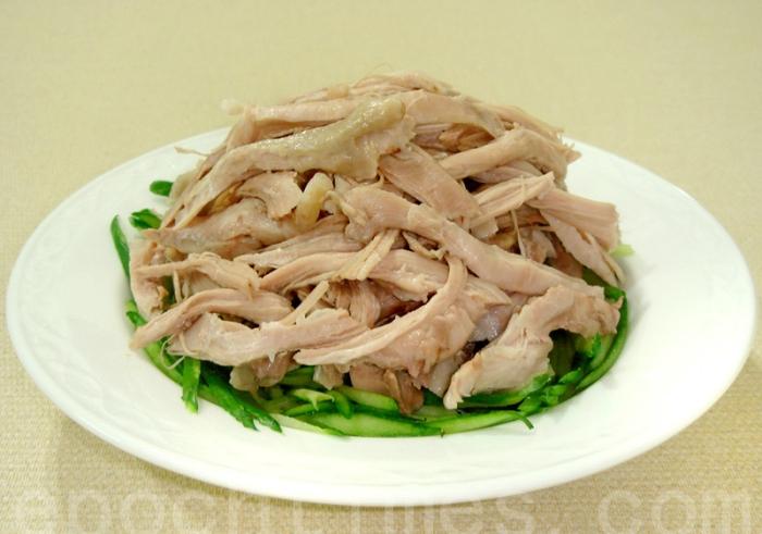Мелко нарезанное куриное филе выкладывается поверх свежих огурцов. Фото: Сюся Линь/Великая Эпоха (The Epoch Times)