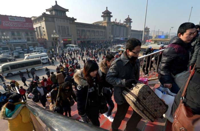 Большой поток пассажиров хлынул на железнодорожный вокзал. 26 января 2013 года, Пекин. Фото: MARK RALSTON/AFP/Getty Images