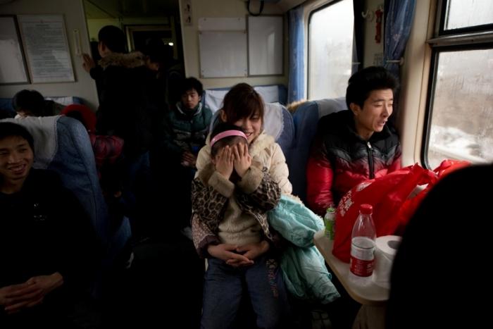 Пассажиры в поезде, следующем по маршруту Пекин – Чунцин, в ожидании отправления поезда. 31 января 2013 года. Фото: Ed Jones/AFP/Getty Images