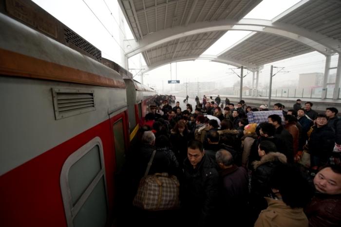 Посадка пассажиров в поезд. 31 января 2013 года, Пекин. Фото: Ed Jones/AFP/Getty Images