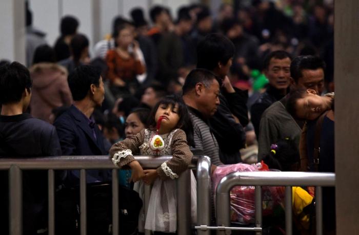 Большое количество ожидающих пассажиров на железнодорожном вокзале. 28 января 2013 года, город Гуанчжоу провинции Гуандун. Фото: Ed Jones/AFP/Getty Images