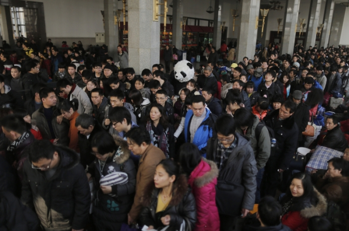 Массовый поток китайцев нахлынул на железнодорожный вокзал Пекина. 31 января 2013 года. Фото: Ed Jones/AFP/Getty Images